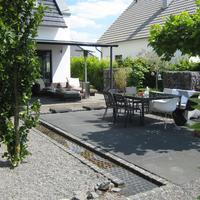 Moderner Familiengarten mit Wasserrinne